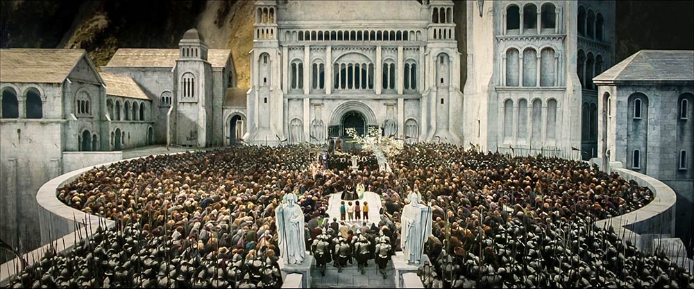 Orta Dünya'nın kaderini değiştiren dört hobbit ve onun önünde saygıyla eğilen Gondor halkı.
