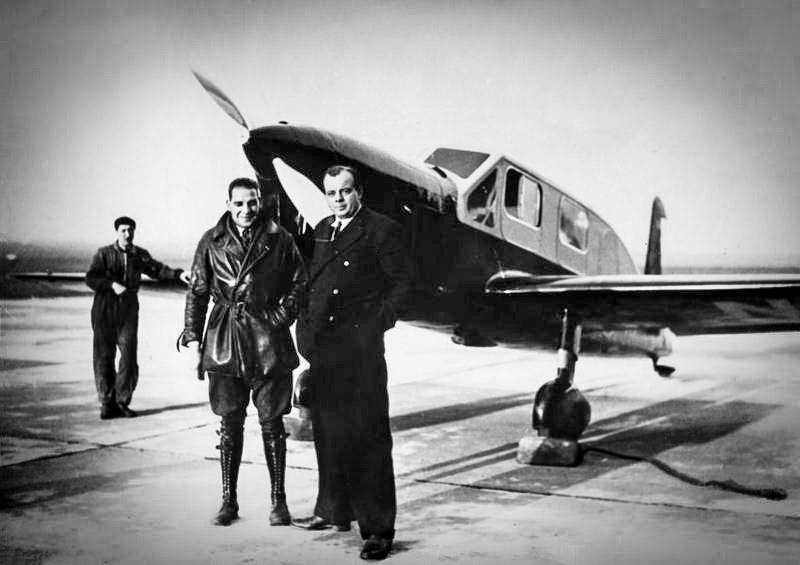 Antoine de Saint-Exupéry ve pilot arkadaşı André Prévost, Sahra Çölü'nde düşecekleri uçuşlarına çıkmadan önce