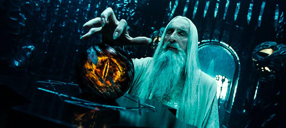 Saruman, Palantir taşı vasıtasıyla Sauron'un bakış açısından dünyanın nasıl gözüktüğünü tecrübe etmiştir.