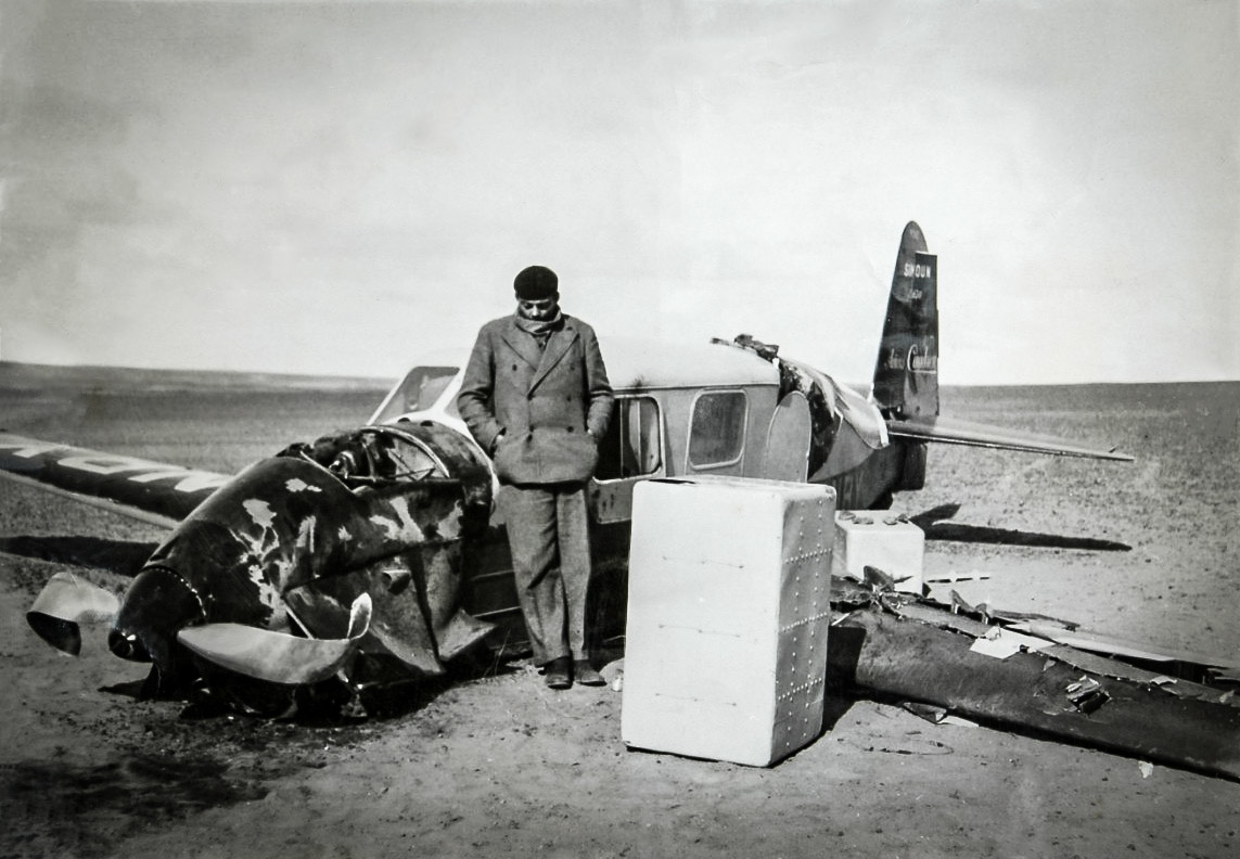 Kendisi de hikayesindeki pilot gibi düşen uçağıyla çölde mahsur kalma 'kriz'ini yaşayan Exupéry