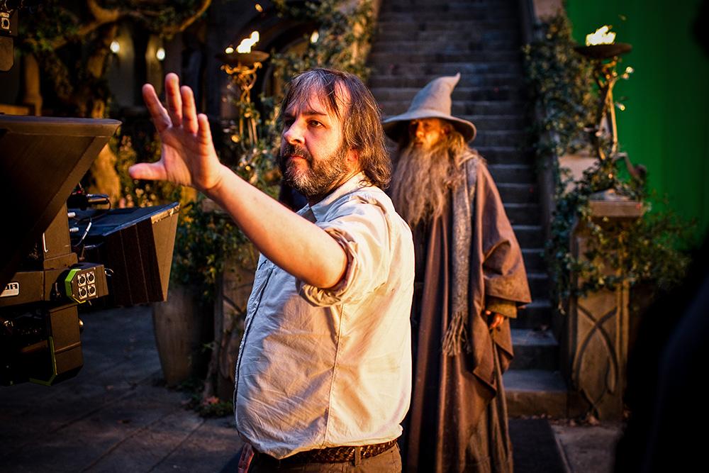 Peter Jackson, Hobbit serisinin ilk filmi Beklenmedik Yolculuk filminin setinde Gri Gandalf'ı canlandıran Ian McKellan'ı yönlendirirken