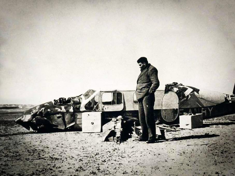 Antoine de Saint-Exupéry Sahra çölüne düşen uçağının enkazının başında.