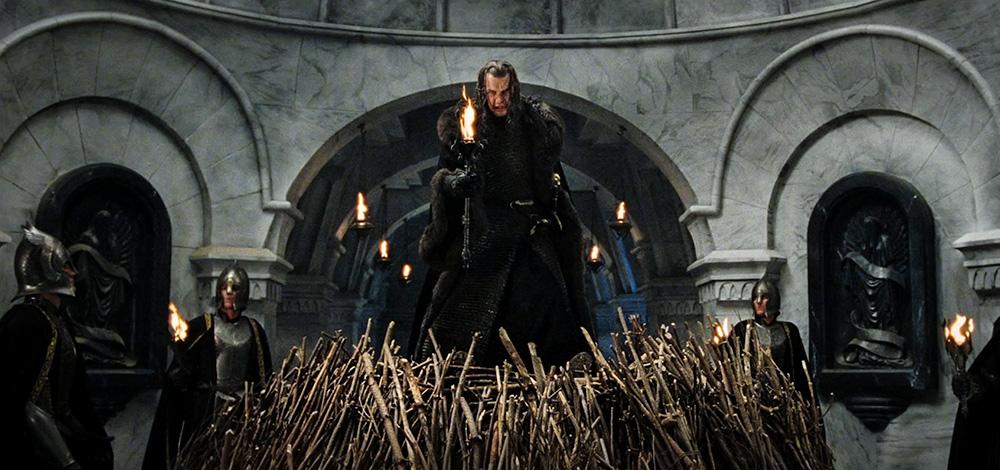 Faramir'i yakmak için elindeki meşale ile hazır bekleyen Denethor